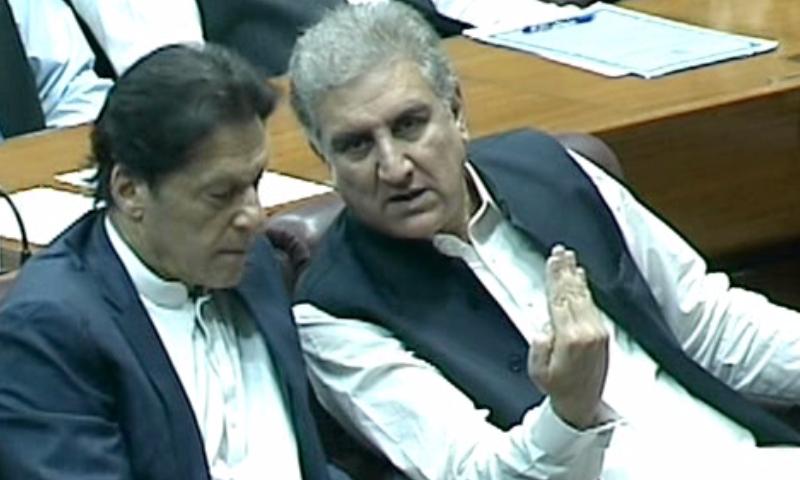 ایوان زیریں کے اجلاس کے دوران شاہ محمود قریشی، عمران خان سے بات چیت کررہے ہیں— فوٹو: ڈان نیوز