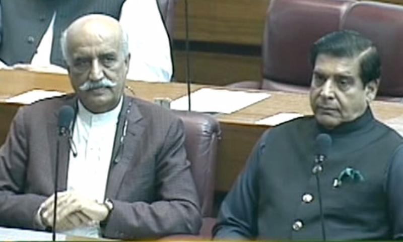 خو رشید شاہ اور راجہ پرویز اشرف قومی اسمبلی میں موجود ہیں — فوٹو: ڈان نیوز