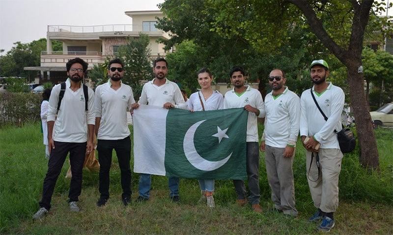 14 اگست پر ایوا پاکستانی پرچم تھامے ہوئے