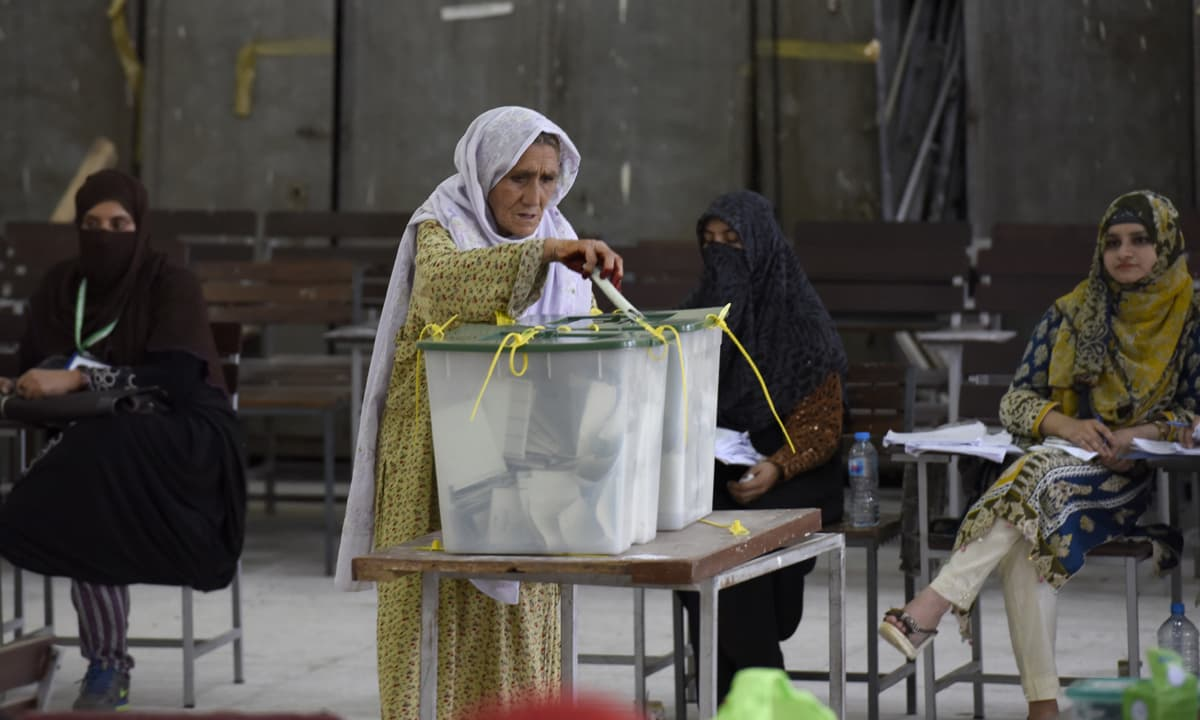 A woman casting her vote in Islamabad | Tanveer Shahzad, White Star