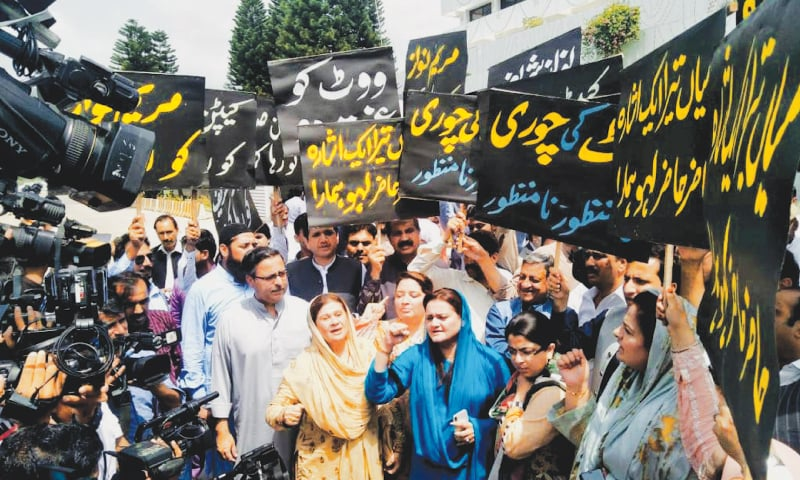 PML-N legislators protest outside the Parliament House during the speaker's election on Wednesday.—Tanveer Shahzad / White Star