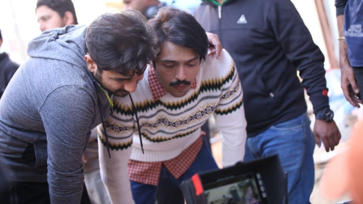 Fahad Mustafa reviews his scene with Nabeel Qureshi during the shoot of Load Wedding