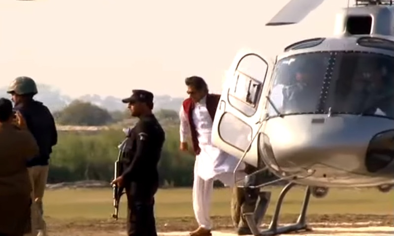 Imran Khan disembarks from a helicopter. ─ Youtube screengrab