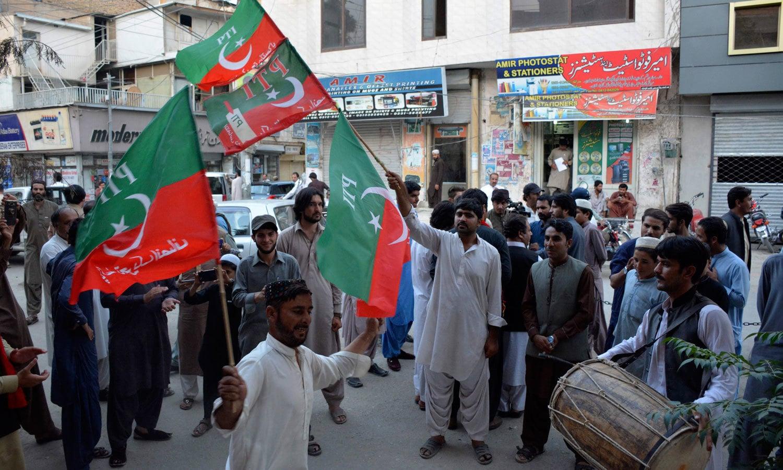 عمران خان کے وزیر اعظم بننے پر کوئٹہ میں بھی تحریک انصاف کے کارکنان نے جشن منایا — فوٹو: اے ایف پی