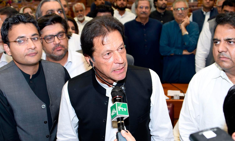 عمران خان وزیر اعظم منتخب ہونے کے بعد ایوان میں اظہار خیال کرتے ہوئے — فوٹو: اے ایف پی