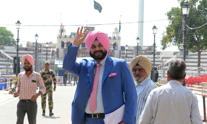 سابق بھارتی کرکٹر نوجوت سنگھ سدھو بھی عمران خان کی تقریب حلف برداری میں شرکت کیلئے پاکستان پہنچے — فوٹو: اے ایف پی
