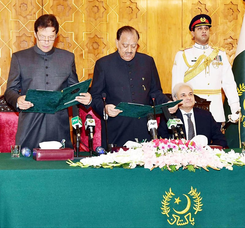 President Mamnoon Hussain administers the oath of office to Imran Khan. — Photo: Prime Minister's Office/Facebook