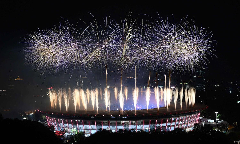گیلورا بونگ کارنو اسٹیڈیم کے اطراف میں رنگ برنگی روشنیاں تھیں—فوٹو: اے ایف پی