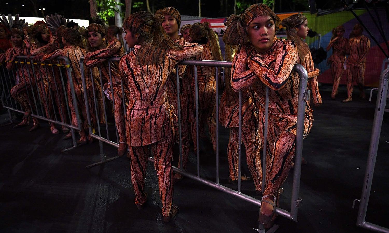 ڈانسرز نے روایتی لباس زیب تن کر رکھا تھا—فوٹو: اے ایف پی