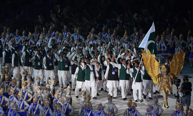 پاکستان کا دستہ بھی افتتاحی تقریب میں شامل ہوا—فوٹو: اے ایف پی