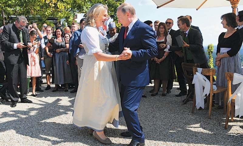 روسی صدر پیوٹن آسٹریا کی وزیر خارجہ کے ساتھ رقص کررہے  فوٹو: اے پی —