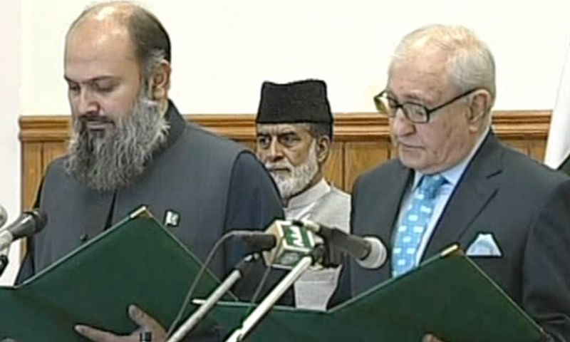 Jam Kamal Khan being administered the oath for the office of Balochistan chief minister. —DawnNewsTV