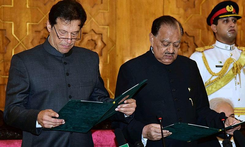عمران خان صدر ممنون حسین سے حلف لیتے ہوئے — اے پی فوٹو
