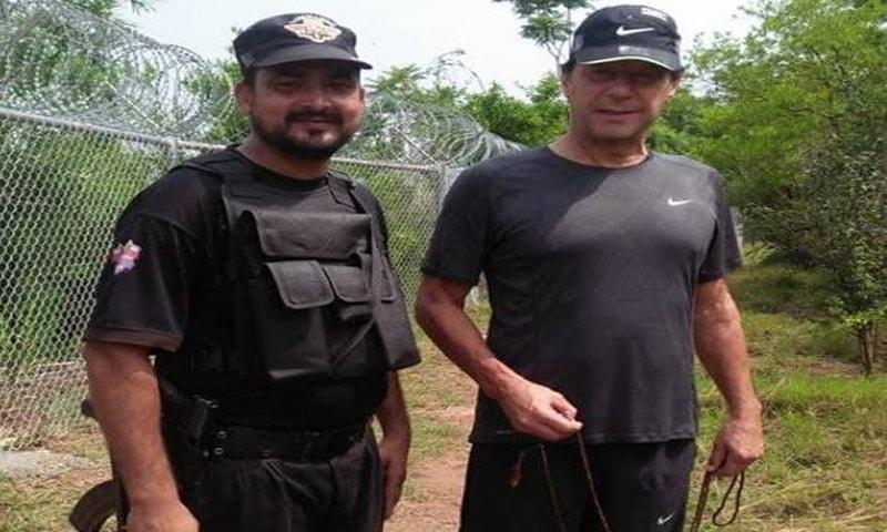بنی گالہ کے باغ میں عمران خان کے ہاتھ تسبیح کے دانوں پر  چلتے رہے— فوٹو: عمران خان آفیشل فیس بک پیج