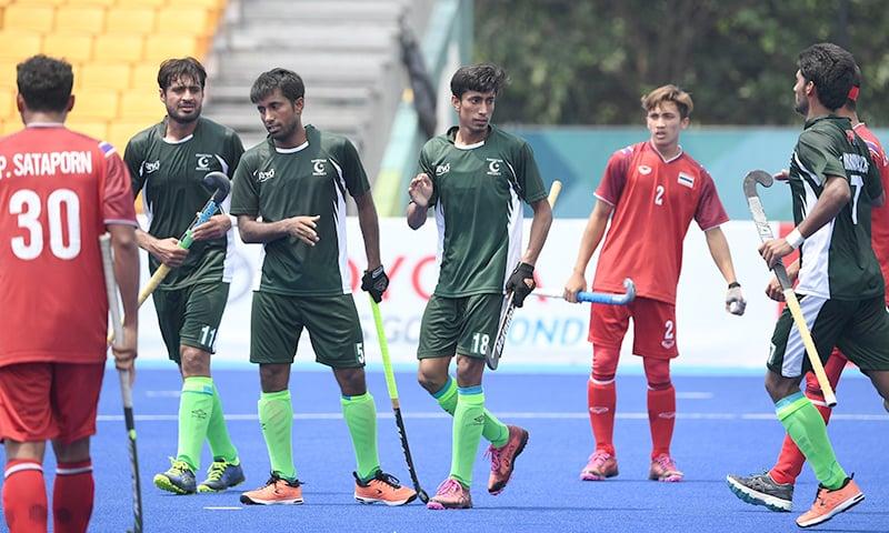 تھائی لینڈ کے خلاف گول اسکور کرنے کے بعد پاکستانی کھلاڑی ایک دوسرے کو مبارکباد دے رہے ہیں— فوٹو: اے ایف پی