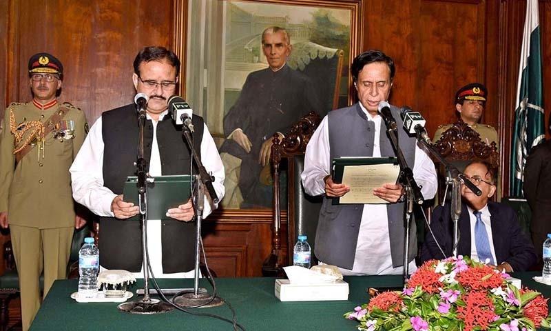 قائم مقام گورنر چودھری پرویز الٰہی عثمان بزدار سے وزیر اعلیٰ کا حلف لے رہے ہیں — فوٹو: اے پی پی
