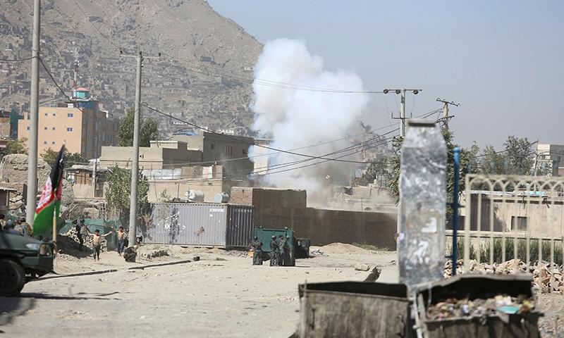 افغانستان میں عیدالاضحیٰ کے موقع پر کیے جانے والے راکٹ حملے  میں صدارتی محل کو بھی نشانہ بنایا گیا—فوٹو: اے پی