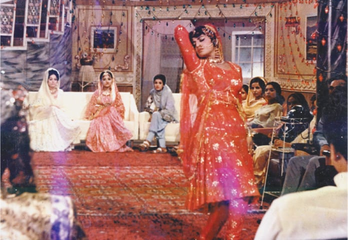 Rani performs to Izhar bhi mushkil hai in Anjuman
