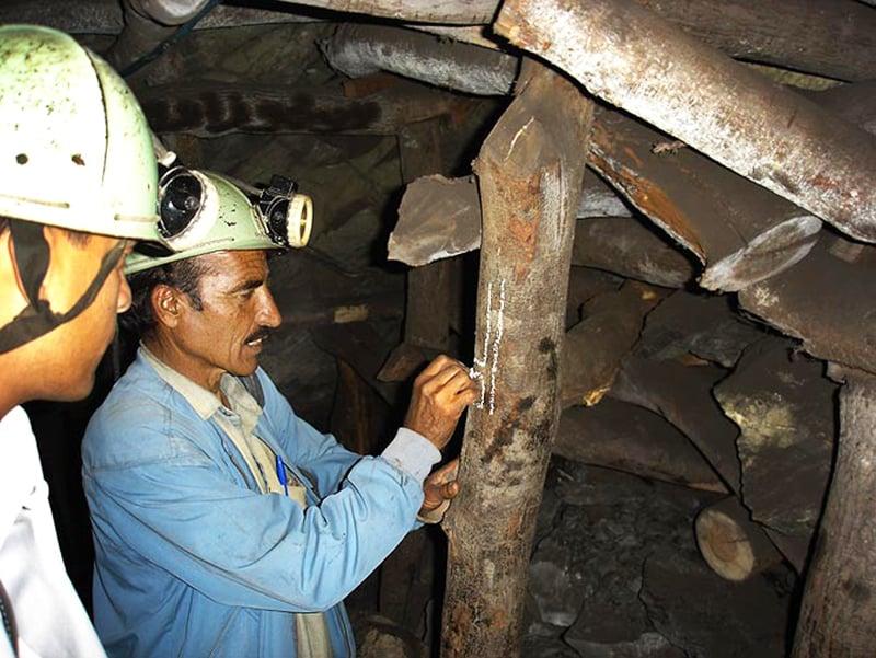 بلوچستان کی سور رینج میں کوئلے کی ایک کان میں سپروائزر ہنگامی حالت میں باہر نکلنے کے راستے کی نشاندہی کر رہا ہے — فوٹو مختار آزاد