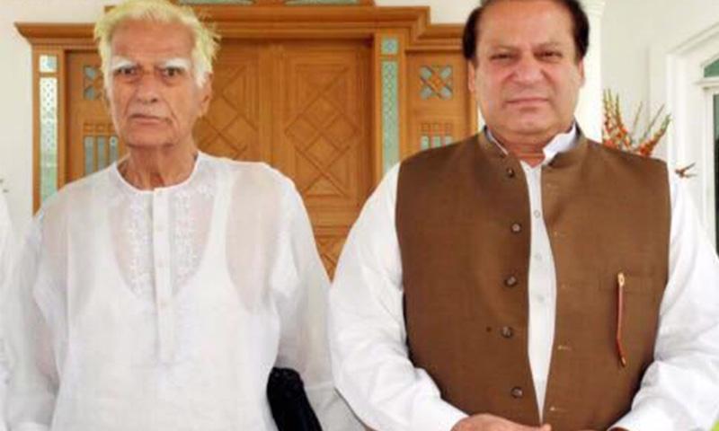 Veteran PML-N leader Ahmad Saeed Kirmani with then party chief Nawaz Sharif in 2011. ─ File