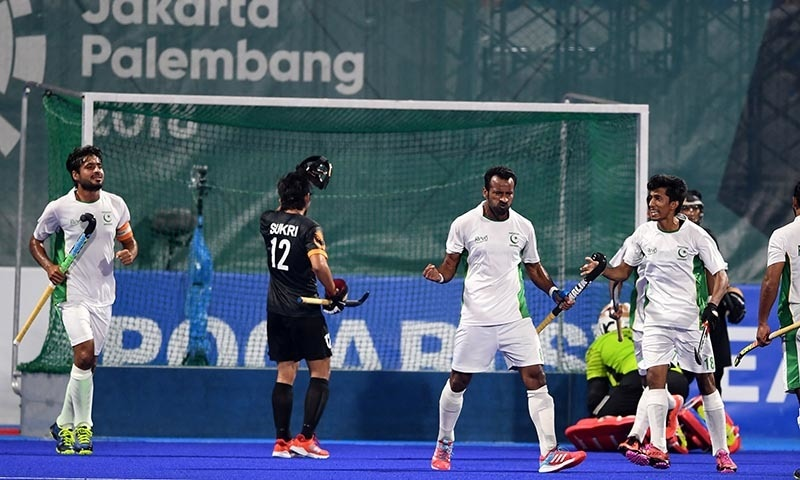 Pakistan's Muhammad Irfan (2R) celebrates with teammates after scoring a goal against Malaysia— AFP