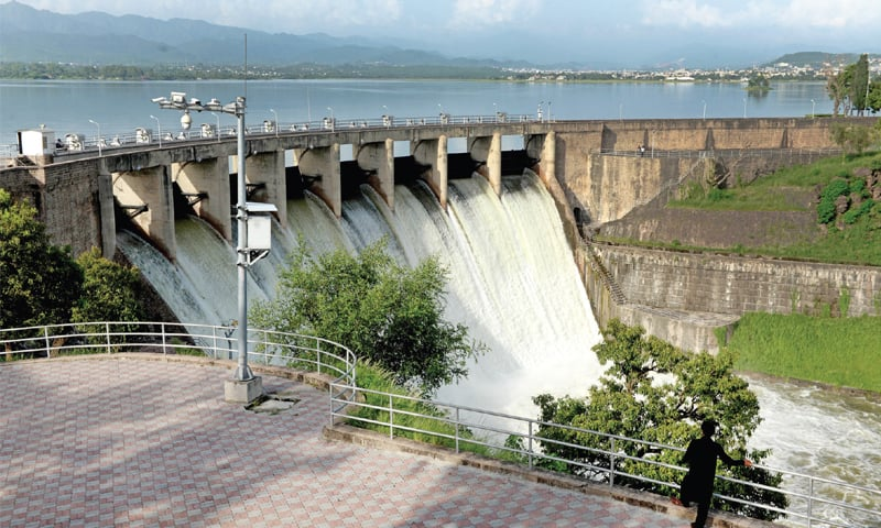اسپل وے کے ذریعے راول ڈیم کا پانی باہر نکالا جارہا ہے—تصویر محمد عاصم