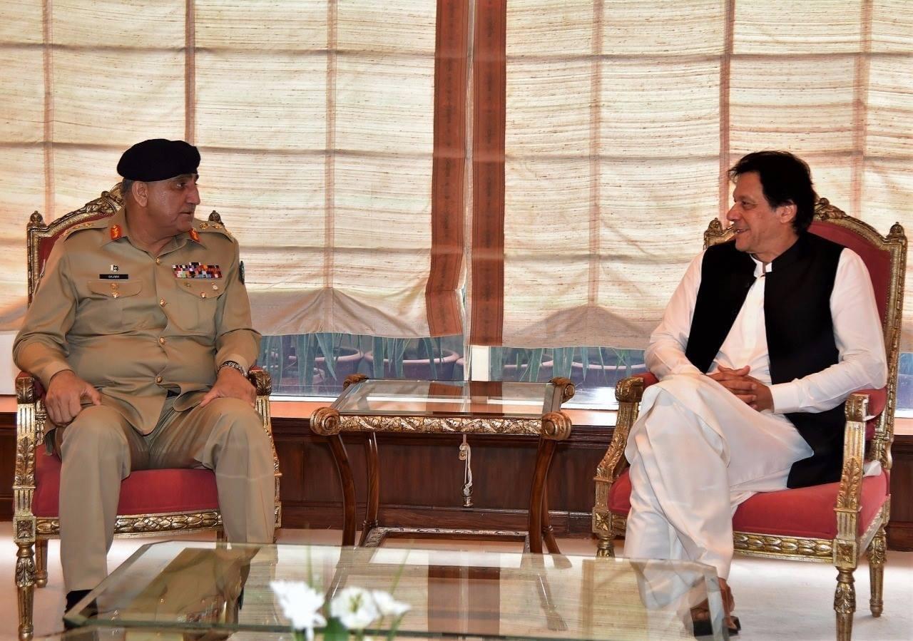 وزیرِاعظم عمران خان اور آرمی چیف جنرل قمر جاوید باجوہ کی پہلی باضابطہ ملاقات — فوٹو، ڈان نیوز