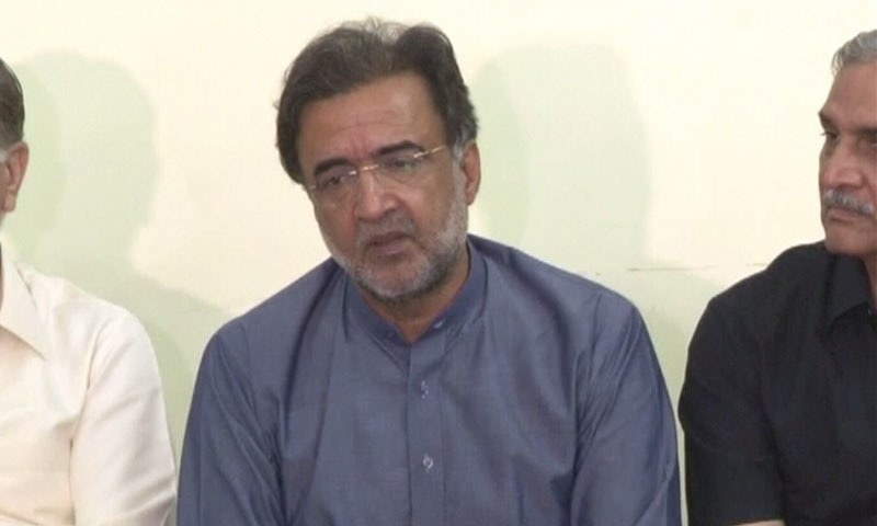 Senior PPP leader Qamaruz Zaman Kaira addresses media in Islamabad. — DawnNewsTV