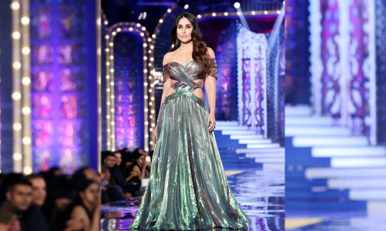 کرینہ کپور نے صحت کی خرابی کے باوجود ڈیزائنر مونیشا جیسنگھ کی کلیکشن پیش کی —فوٹو/ ٹوئٹر