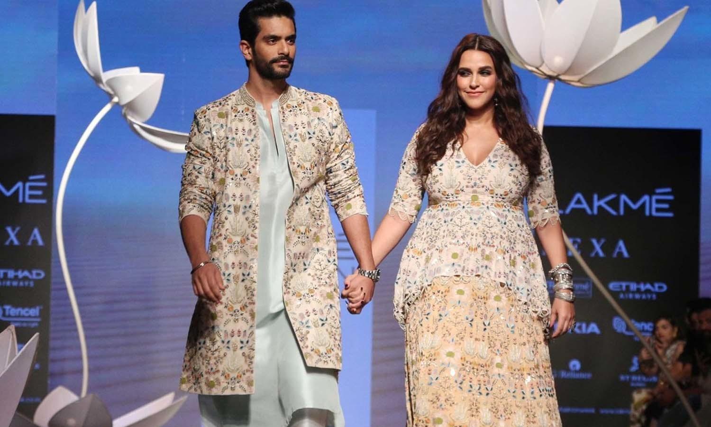 حاملہ اداکارہ نیہا دھوپیا نے اپنے شوہر انگت بیدی کے ساتھ ریمپ پر واک کی —فوٹو/ ٹوئٹر