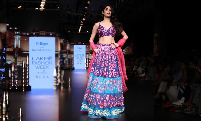 آنجہانی اداکارہ سری دیوی کی بیٹی جھانوی کپور پہلی مرتبہ ریمپ پر چلیں —فوٹو/ ٹوئٹر