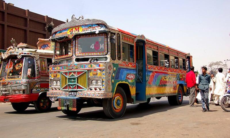 کراچی کی دہائیوں پرانی بسیں جو اب تک شہر کے کئی روٹس پر رواں دواں ہیں