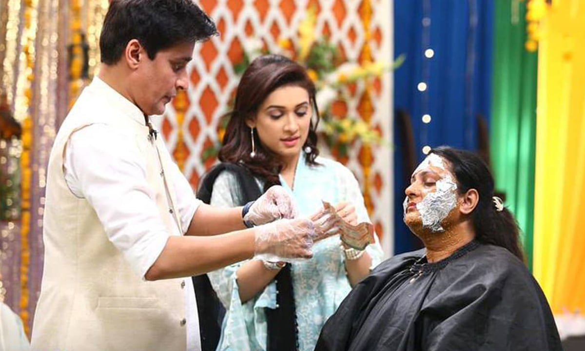 Sahir Lodhi applies a face mask to a member of the audience | Courtesy Facebook
