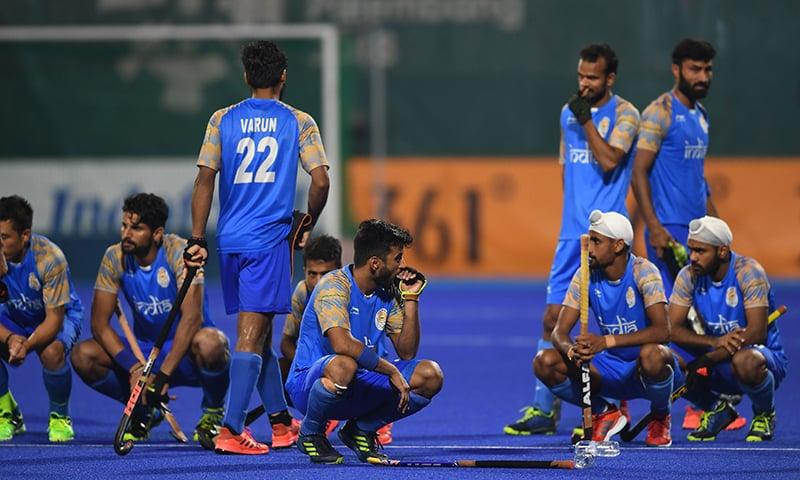 ایشین گیمز کے سیمی فائنل میں شکست پر بھارتی ٹیم کے کھلاڑی افسردہ نظر آرہے ہیں— فوٹو: اے ایف پی