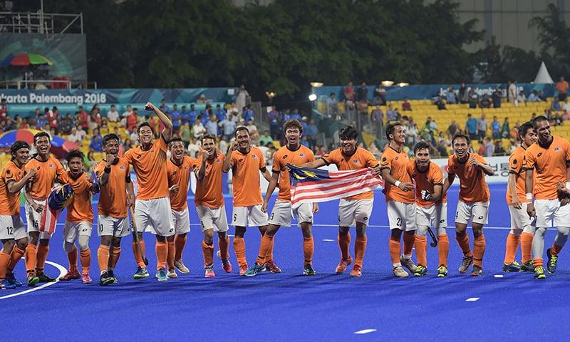 بھارت کے خلاف ایشین گیمز کے سیمی فائنل میں فتح کے بعد ملائیشیا کے کھلاڑی جشن منا رہے ہیں— فوٹو: اے ایف پی