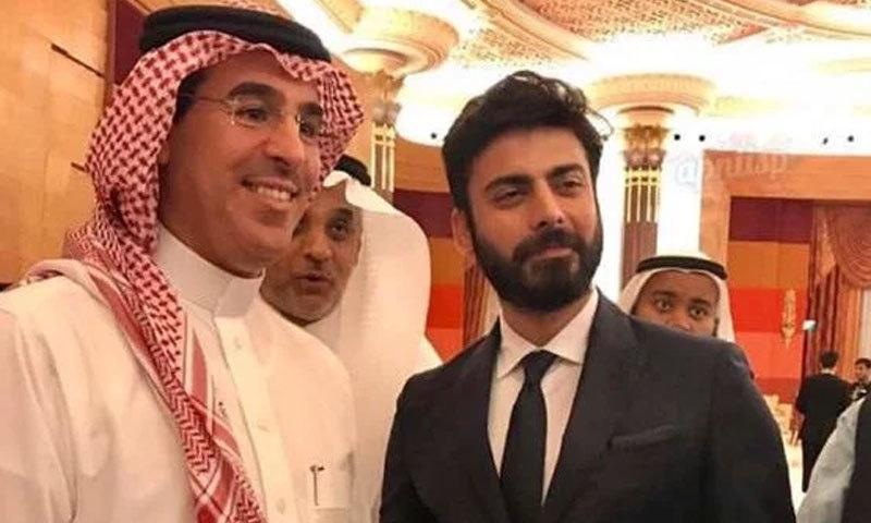 پاکستانی اداکار سعودی عرب کے میڈیا وزیر عواد العواد کے ساتھ—فوٹو: عرب نیوز
