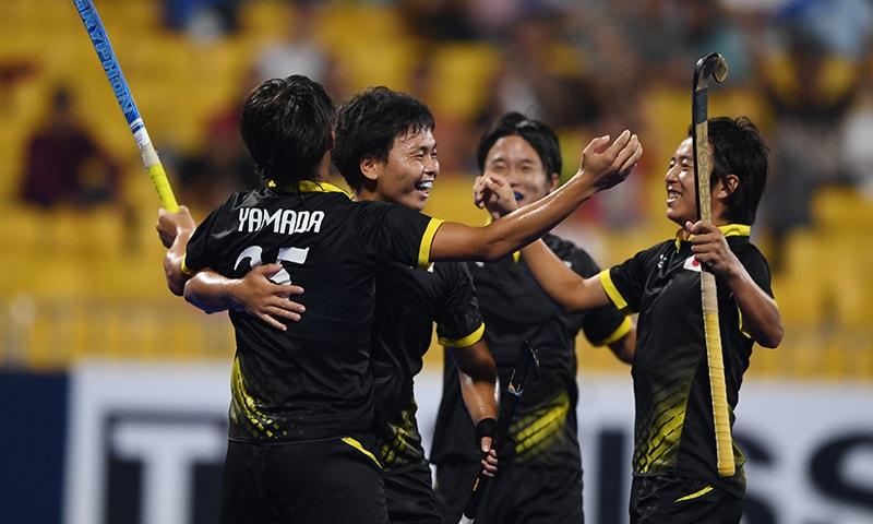جاپانی ہاکی ٹیم پاکستان کے خلاف گول اسکور کرنے کے بعد خوشیاں منا رہی ہے— فوٹو: اے ایف پی
