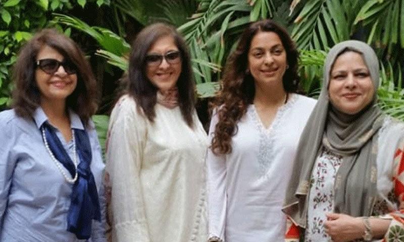 اداکارہ نے 31 اگست کو کراچی سے اہل خانہ کے ساتھ تصویر بھی شیئر کی تھی—فوٹو: جوہی چاولہ ٹوئٹر