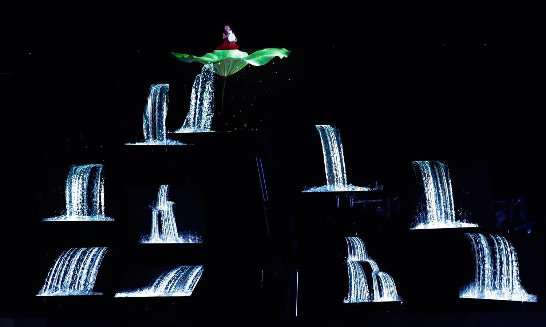 تقریب کے دوران ایک گلوکار خوبصورت انداز میں اپنے فن کا مظاہرہ کر رہا ہے— فوٹو: اے پی