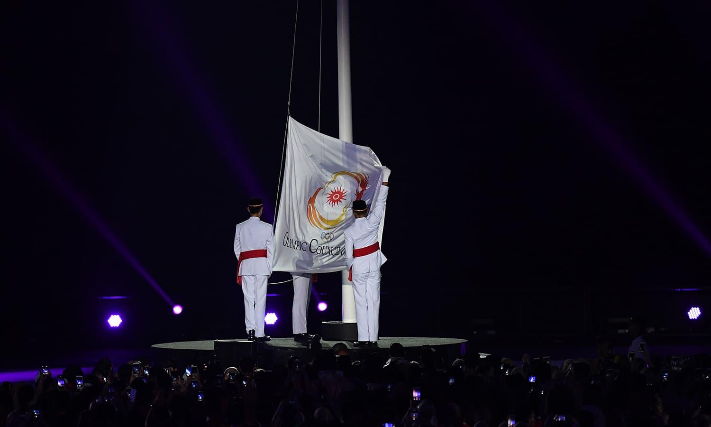 ایشین گیمز 2018 کے اختتام پر اولمپک کونسل آف ایشیا کا جھنڈا اتارا جا رہا ہے— فوٹو: اے پی