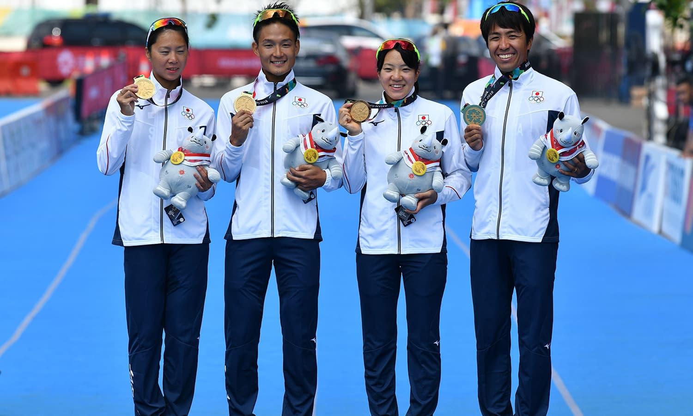 جاپان نے مکسڈ ٹیم ٹرائیتھلون کے مقابلوں میں ایونٹ کا آخری میڈل جیتا— فوٹو: اے ایف پی