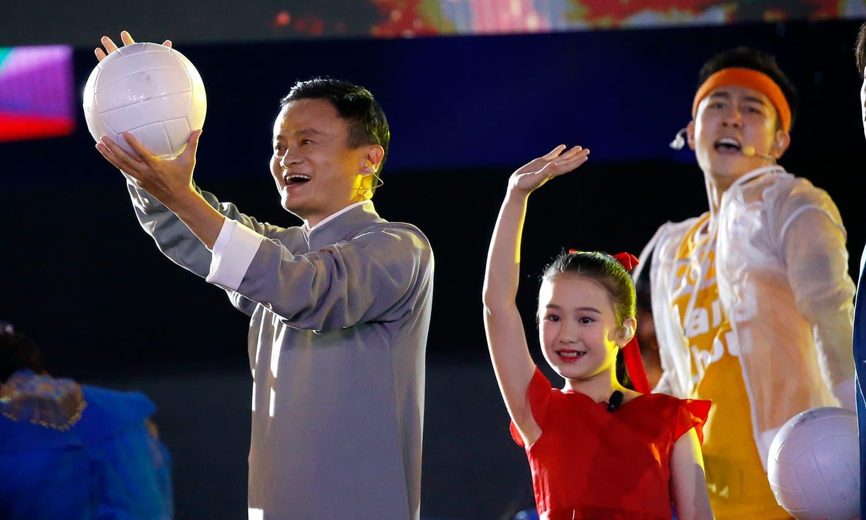 مشہور چینی تاجر اور علی بابا کے چیئرمین جیک ما اختتامی تقریب کے موقع پر شائقین کی جانب فٹبال پھینکتے ہوئے— فوٹو: اے پی
