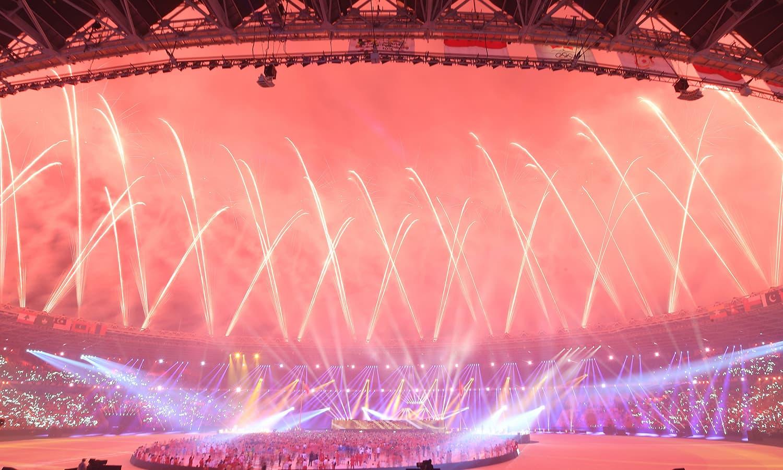 اسٹیڈیم میں آتش بازی کا ایک اور دلفریب منظر— فوٹو: اے ایف پی
