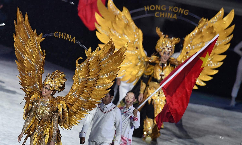 اختتامی تقریب میں شرکت کے لیے سب سے زیادہ میڈل جیتنے والا چین کا دستہ آ رہا ہے— فوٹو: اے ایف پی