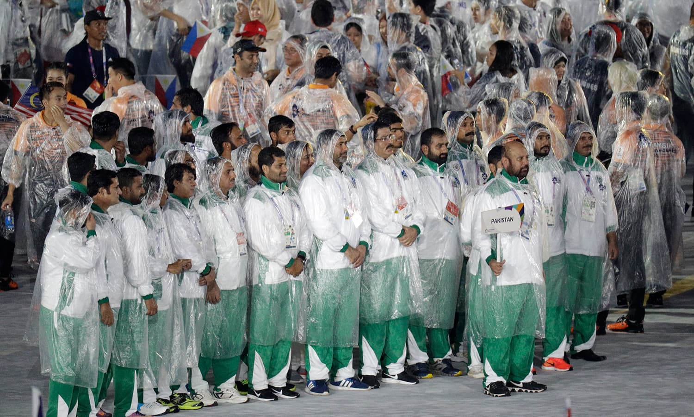 پاکستان کا دستہ اختتامی تقریب میں شرکت کے لیے موجود ہے— فوٹو: اے پی