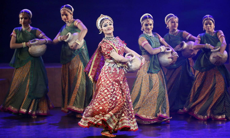 لوگ رقص اور پوجا کر کے غرض کہ اپنے اپنے طریقوں سے اس تہوار کو خوب جوش و خروش سے مناتے ہیں — اے ایف پی فوٹو