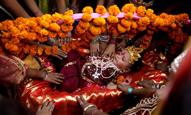 ہندو عقیدت مند یہ تہوار اپنے بھگوان کرشن کی پیدائش پر مناتے ہیں — اے ایف پی فوٹو