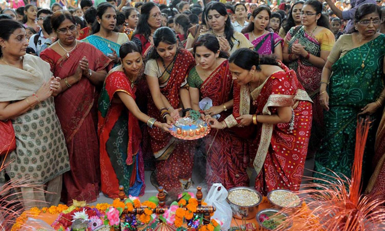نیپال میں خواتین اپنی عقیدت کا اظہار کرتے ہوئے پوجا کر رہی ہیں — اے ایف پی فوٹو