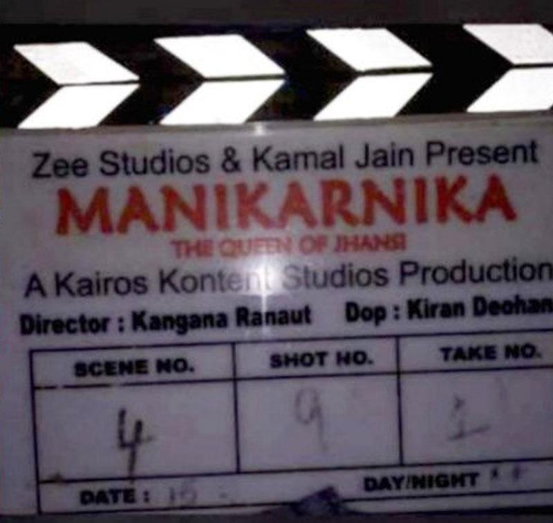 فلم کے سیٹ سے لیک ہونے والی تصویر میں کنگنا رناوٹ کا نام ڈائریکٹر کے خانے میں درج تھا—فوٹو: ہندوستان ٹائمز