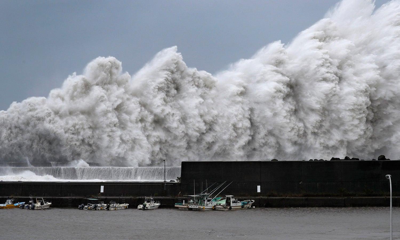 جیبی ٹائفون کے باعث سمندر کی لہروں میں پیدا ہونے والی طغیانی اس تصویر میں دیکھی   جاسکتی ہے—فوٹو: اے ایف پی